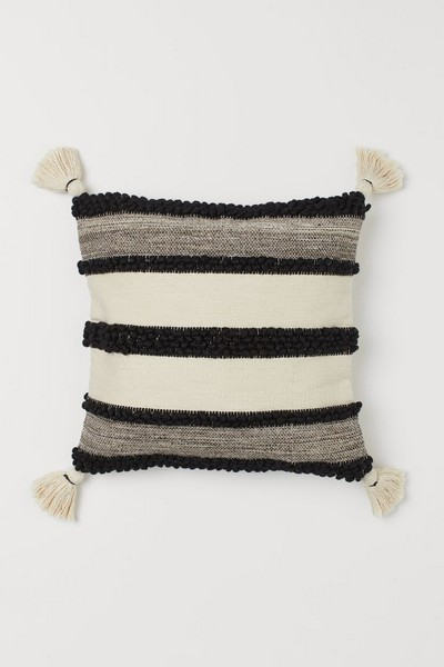 coussin-noir-blanc-pompons